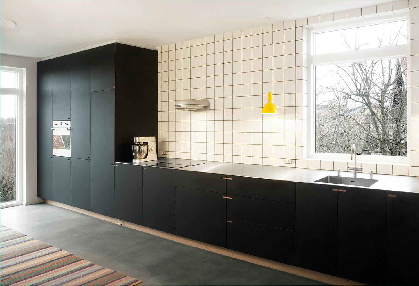 Køkken Med Linoleum: Sort linoleum og olieeret eg. Sådan lægger du et linoleumsgulv.