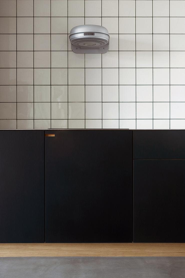 Nebbegårdsbakken er udført i egetræ med overflader i koksgrå linoleum og en gedigen bordplade i rustfrit stål.