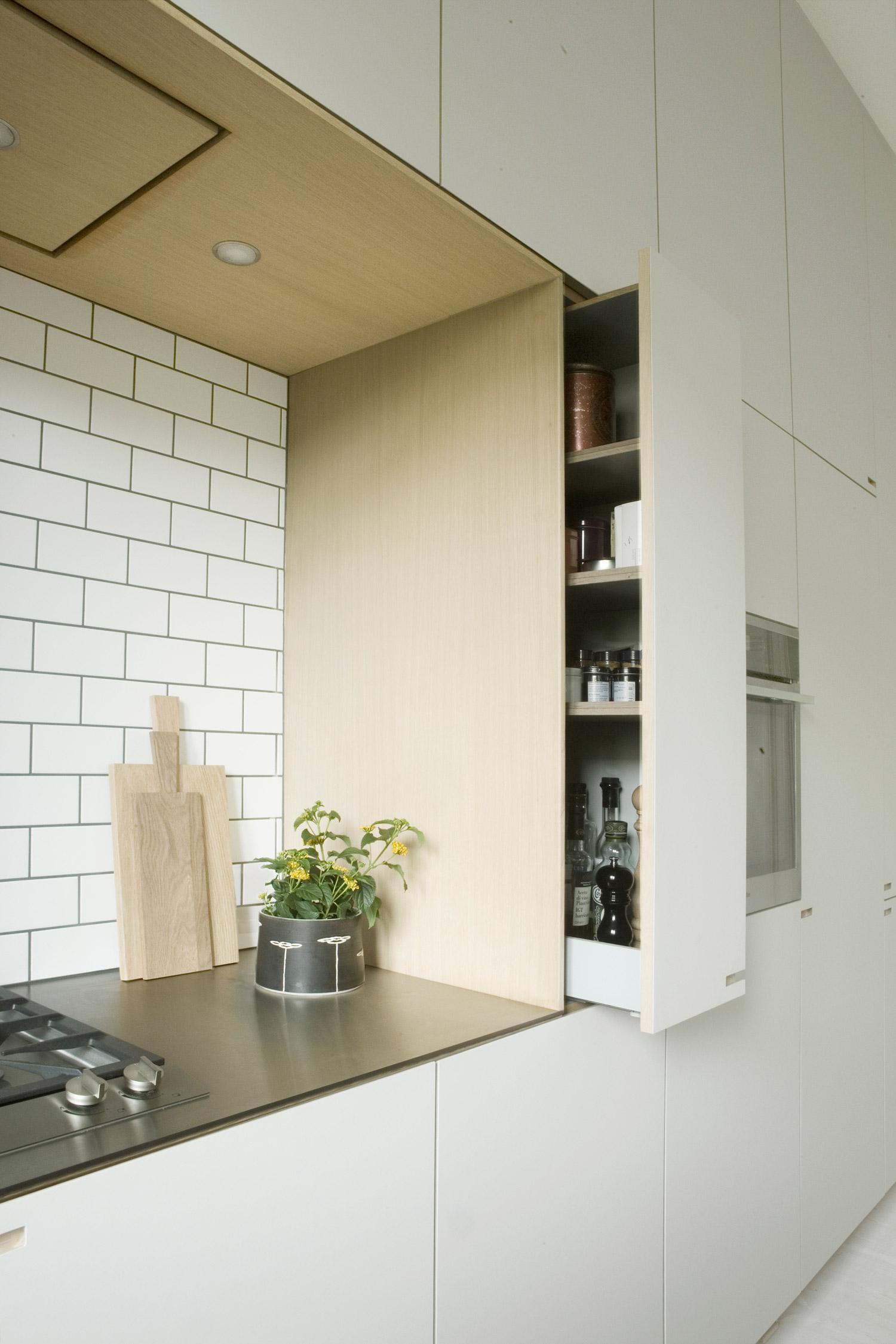 Snedkerkøkken i støvet sand og blå linoleum - af køkkensnedker Nicolaj Bo™