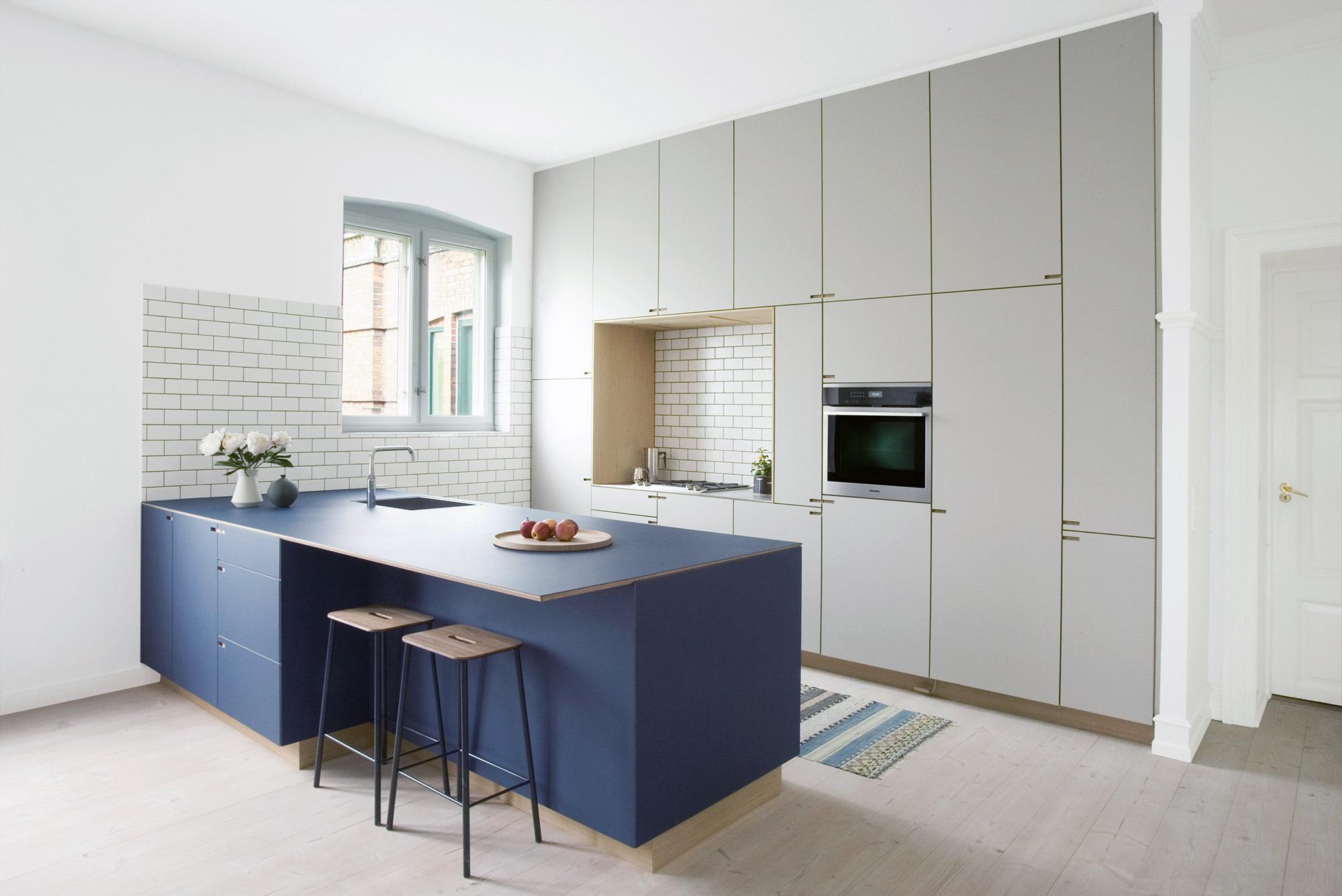 Minimalistisk snedkerkøkken i egetræ og linoleum. Designet og produceret af køkkensnedker Nicolaj Bo™ - Rahbeks allé, København