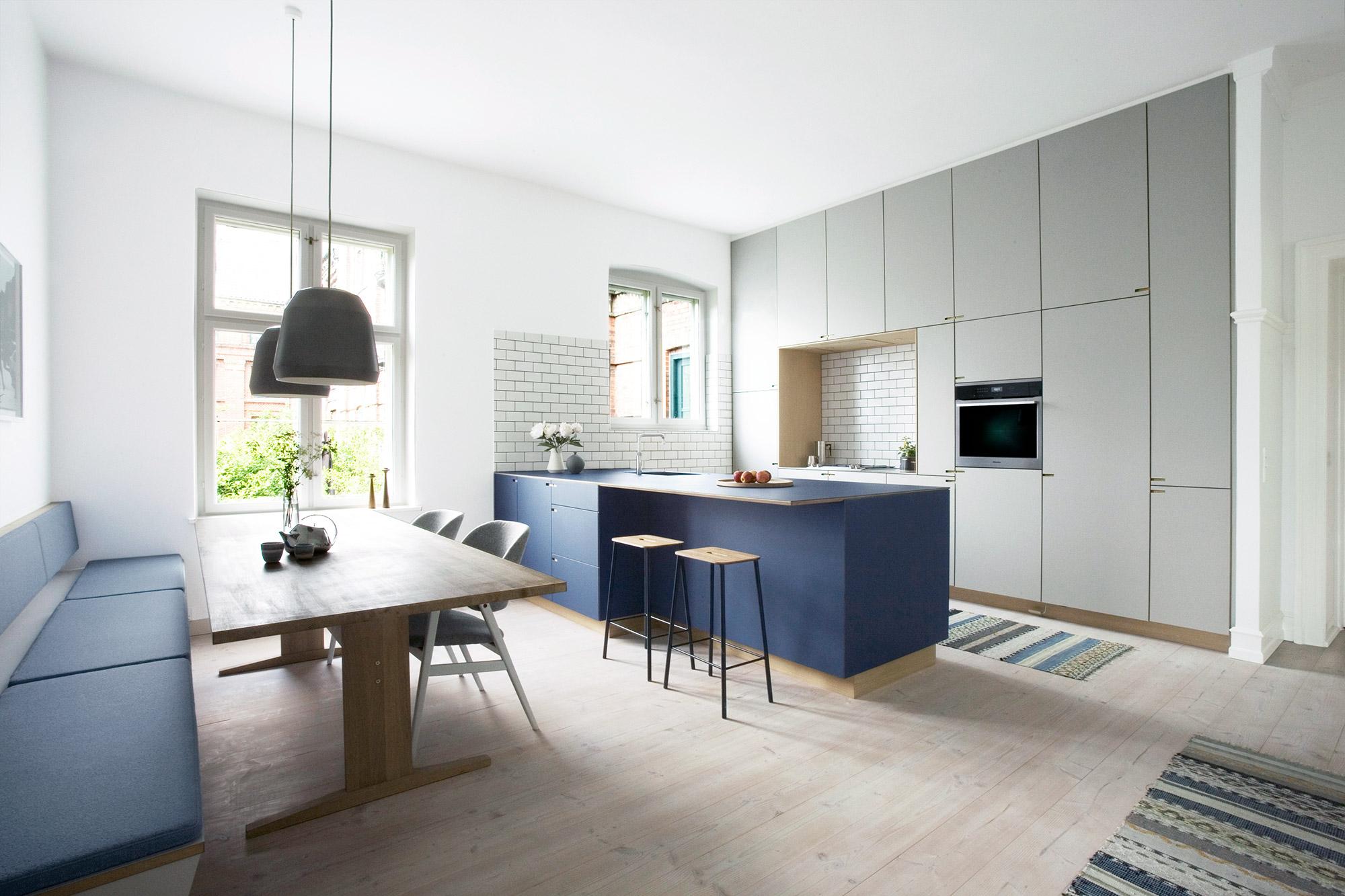Overblik over snedkerkøkkenet på Rahbeks Allé, København - minimalistisk køkken af køkkensnedker Nicolaj Bo™