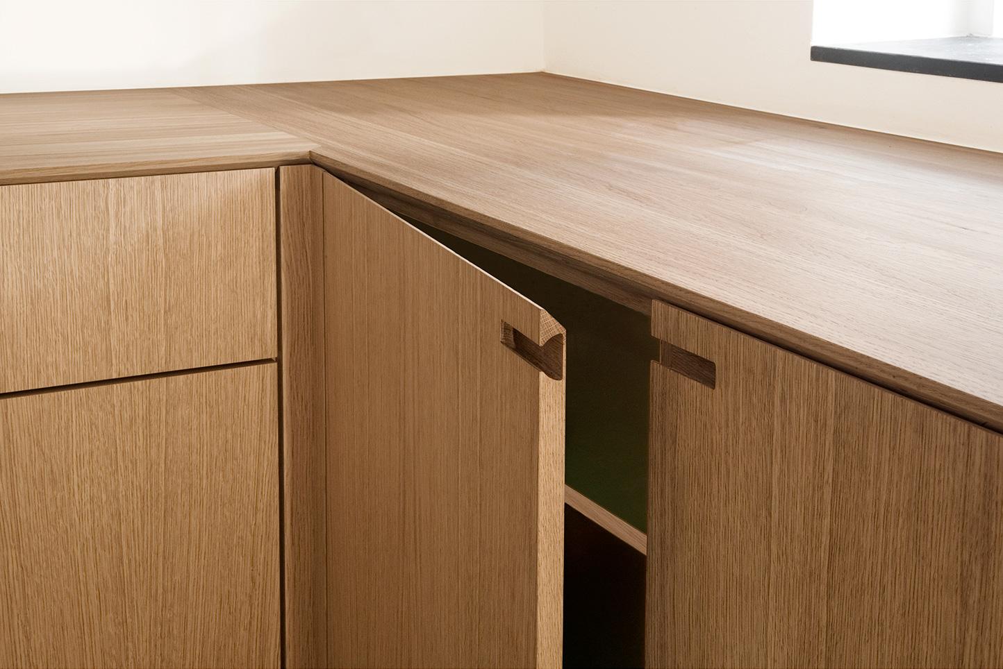 Snedkerkøkken I egetræ og grøn laminat. Designet og produceret Nicolaj Bo™