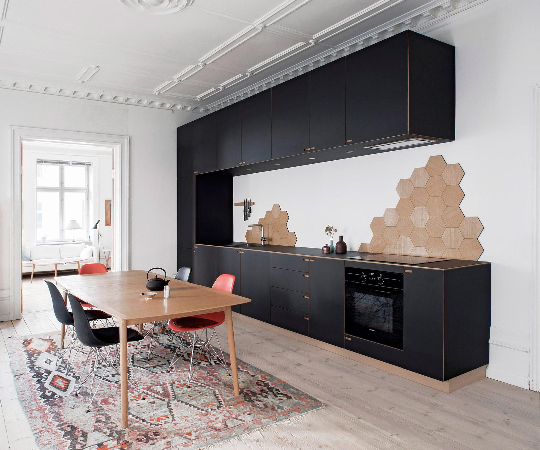 Snedkerkøkkenet Ribegade - minimalistisk sort egetræskøkken af Nicokaj Bo™