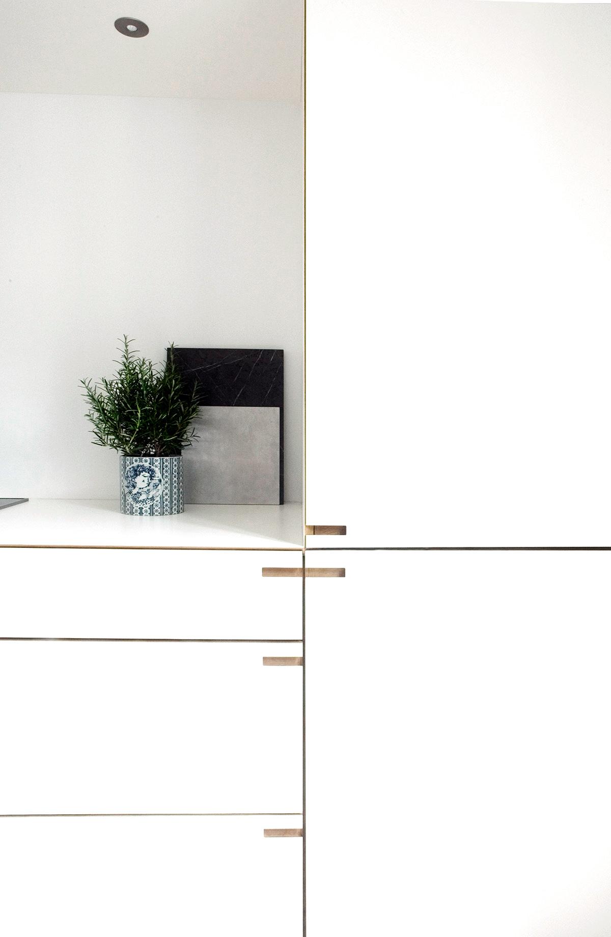 Snedkerkøkkenet Kildevældsgade - køkken i egetræ og gennemfarvet hvid laminat.