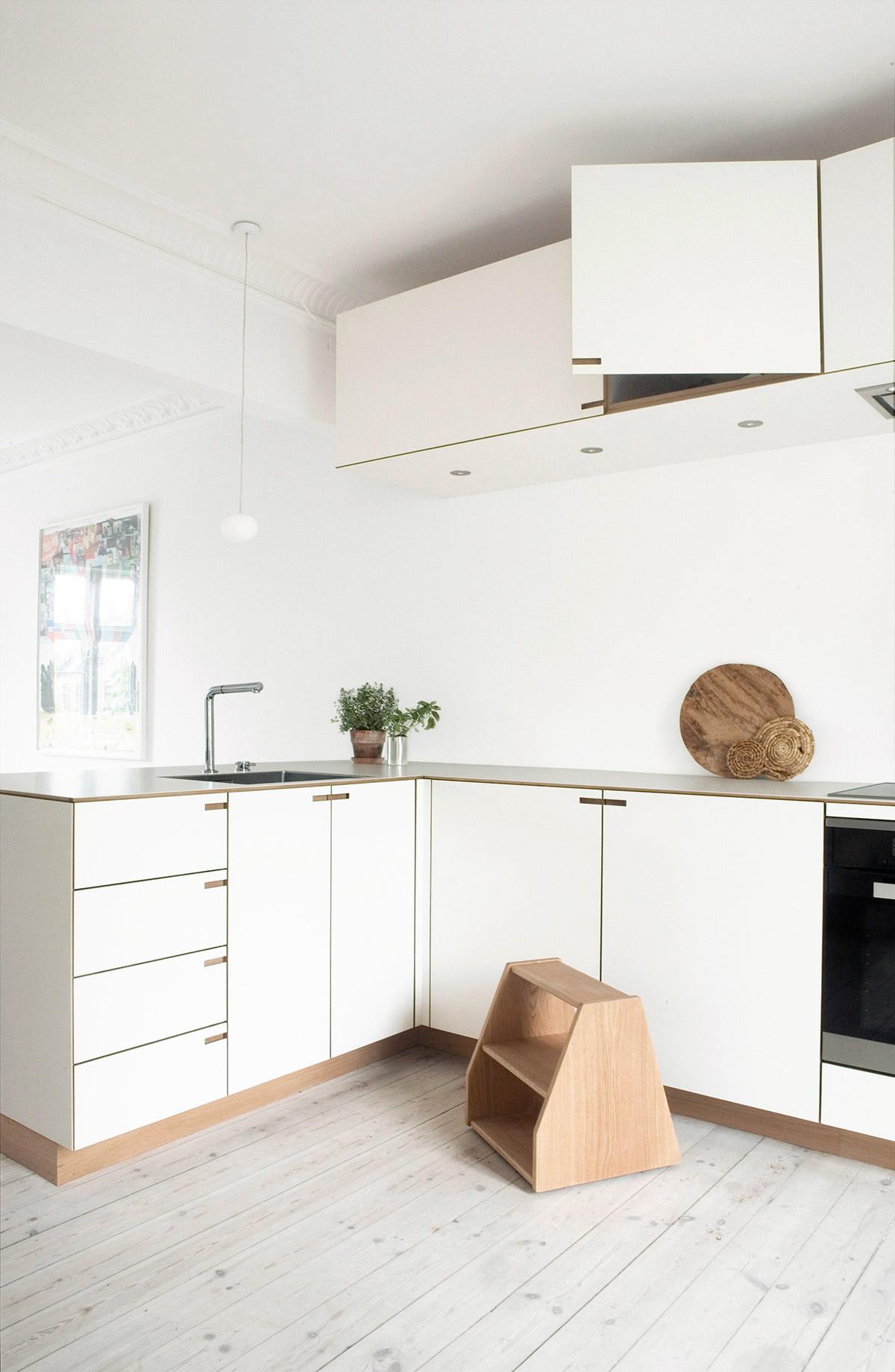 Minimalistisk snedkerkøkken i eg og hvid laminat - designet og produceret af Nicolaj Bo™