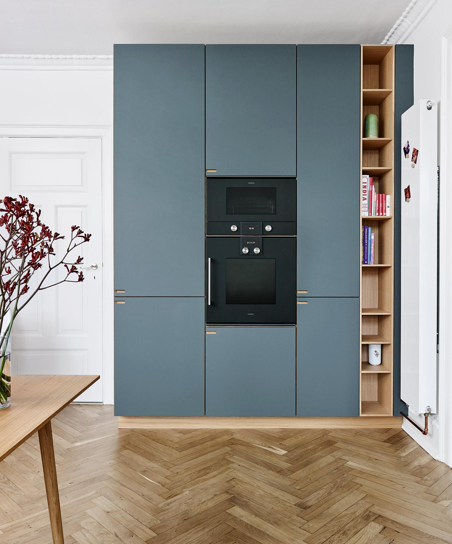 Snedkerkøkken, højskabsvæg, ovn og reol i egetræ og pewtergrå linoleum - designet og produceret af køkkensnedker Nicolaj Bo™