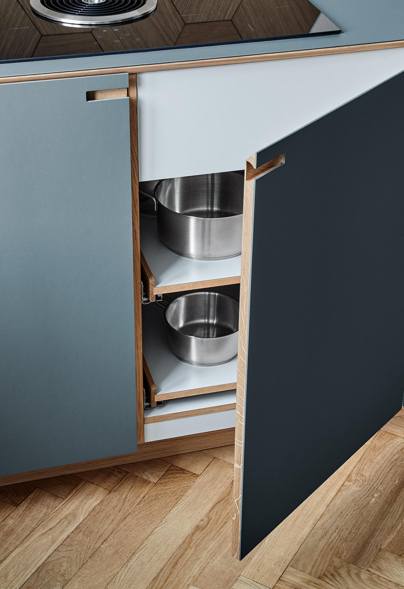 Detaljer af låge i egetræ og pewtergrå linoleum - designet og produceret af køkkensnedker Nicolaj Bo™
