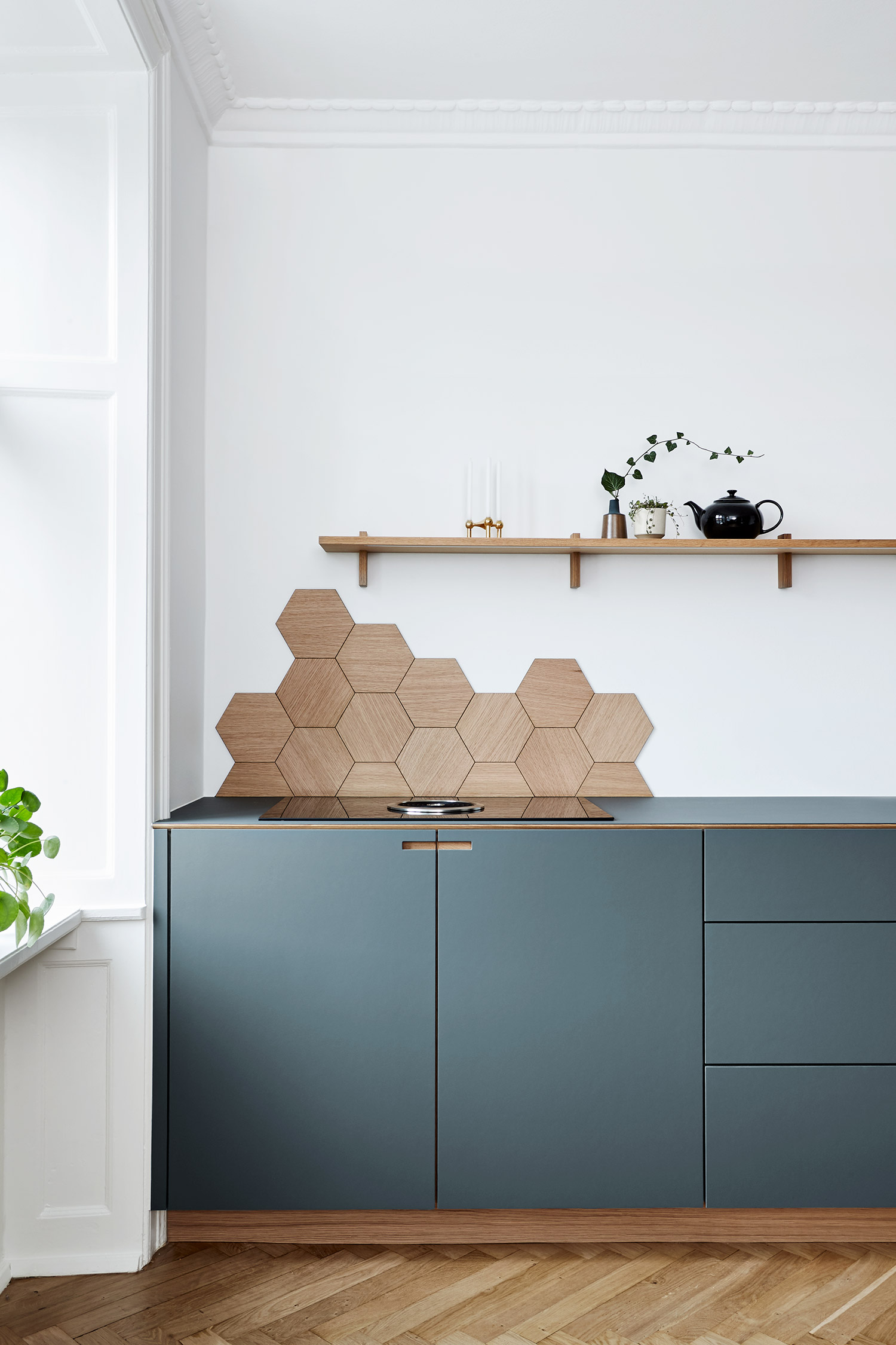 Snedkerkøkken, hexagonfliser og led belysning fra hylde. Design in oak veneer and pewter grey linoleum - af køkkensnedker Nicolaj Bo, København