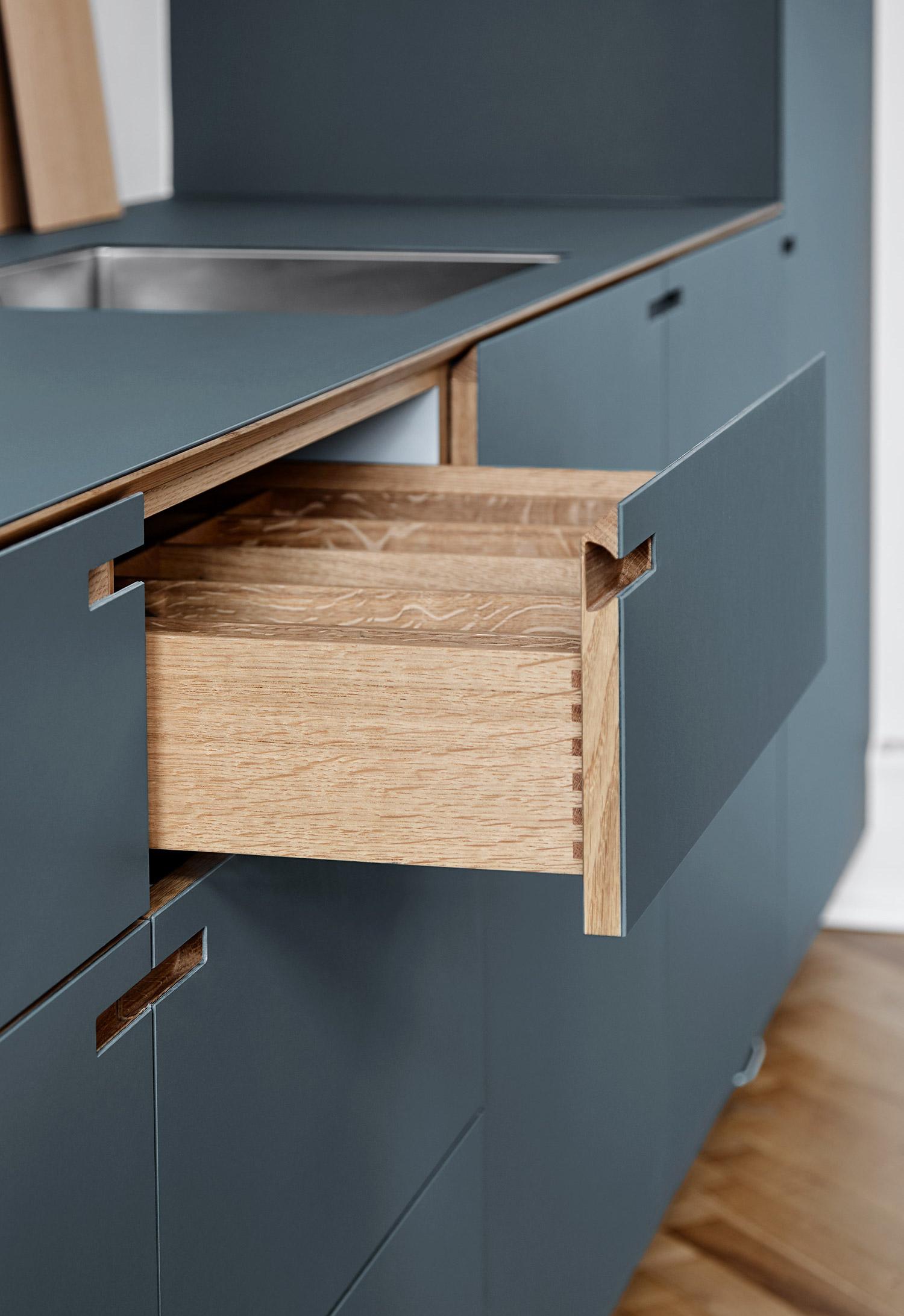 Skuffe og snedkerkøkken i egetræ og pewtergrå linoleum - designet og produceret af køkkensnedker Nicolaj Bo™