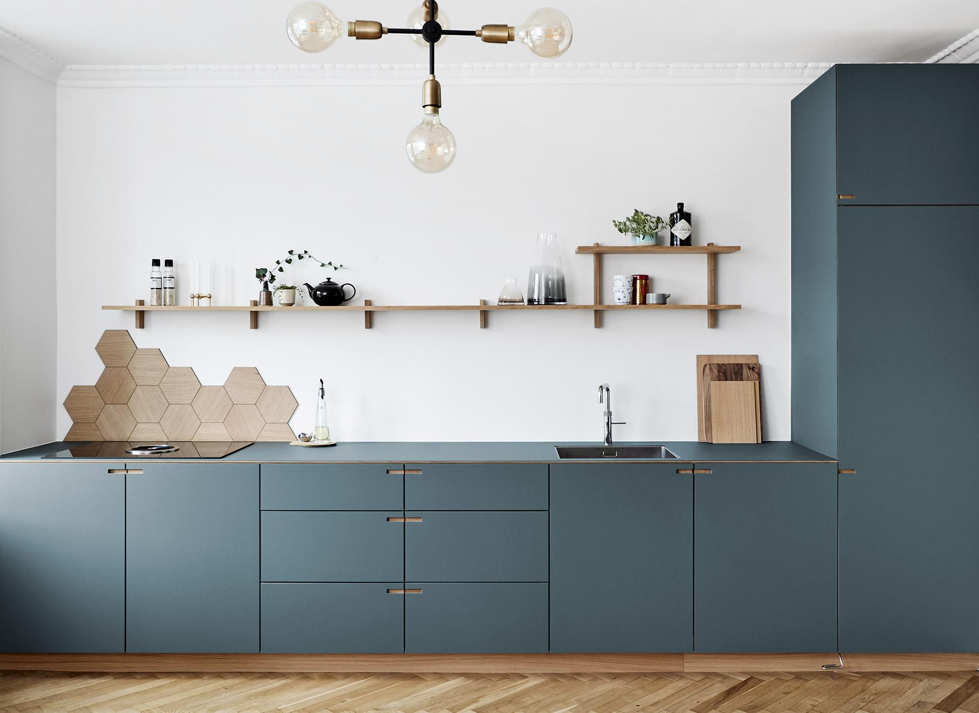 Snedkerkøkken i egetræ og pewtergrå linoleum - designet og produceret af køkkensnedker Nicolaj Bo™