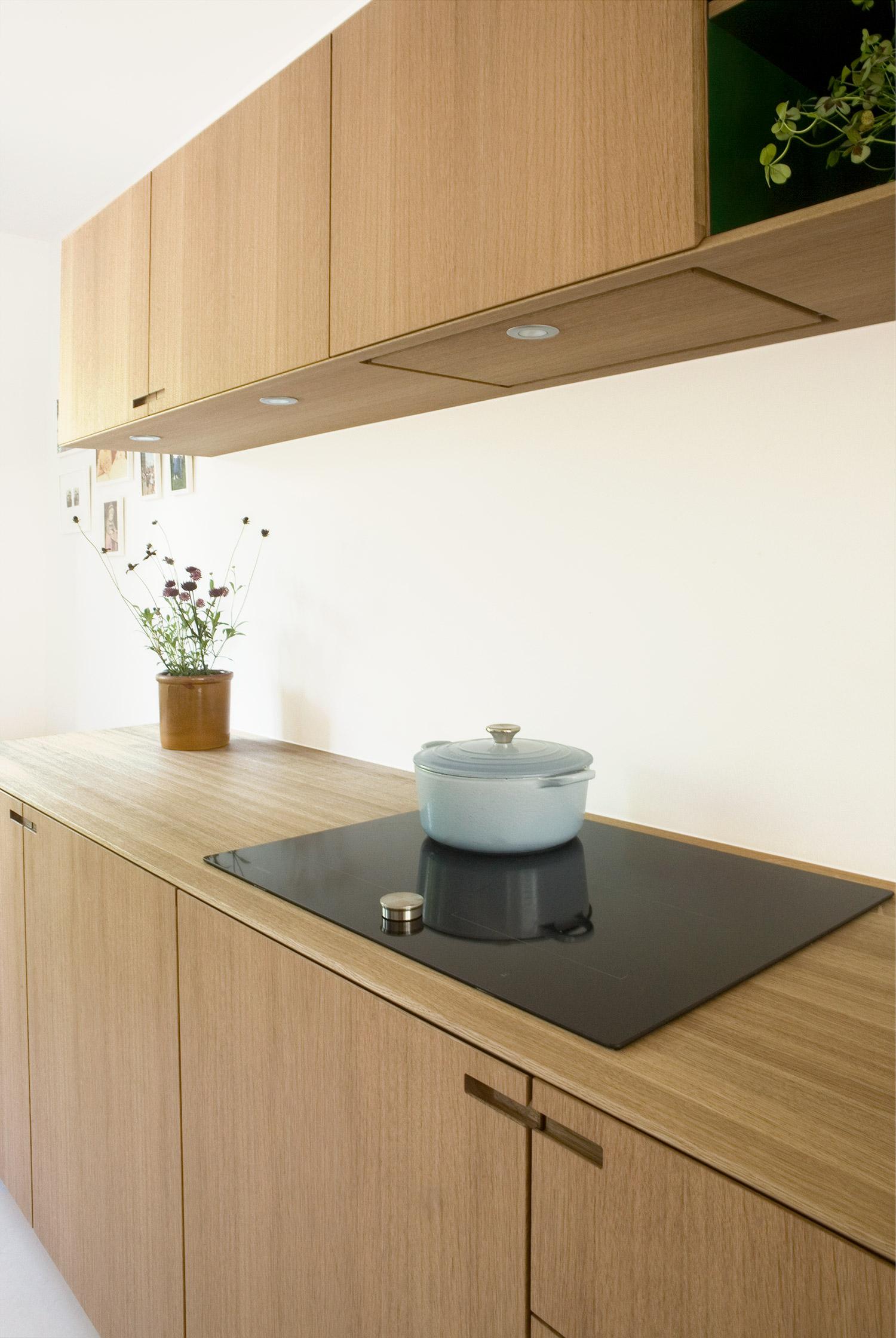 Snedkerkøkkenet Egernvej i egetræ og grøn linoleum - minimalistisk køkken designet og produceret af køkkensnedker Nicolaj Bo™