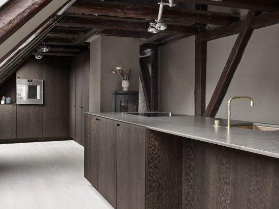 Snedkerkøkkenet Store Kongensgade - Mørk røget eg, marmor og messing - minimalistisk sort køkken af køkkensnedker Nicolaj Bo™, København