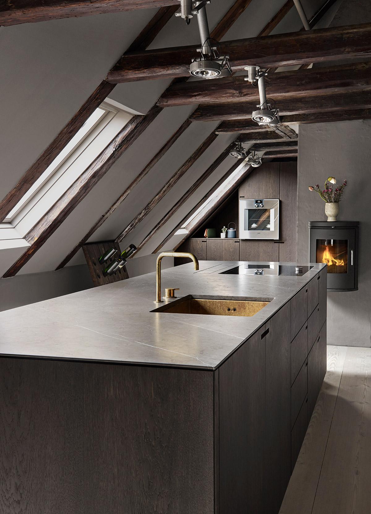 Snedkerkøkkenet Store Kongensgade - Mørk røget eg, marmor og messing - minimalistisk køkken af køkkensnedker Nicolaj Bo™, København