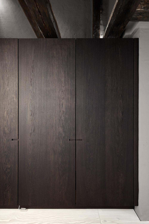 Detalje af højskab fra Snedkerkøkkenet Store Kongensgade - Mørk røget eg, marmor og messing - minimalistisk sort køkken af køkkensnedker Nicolaj Bo™, København