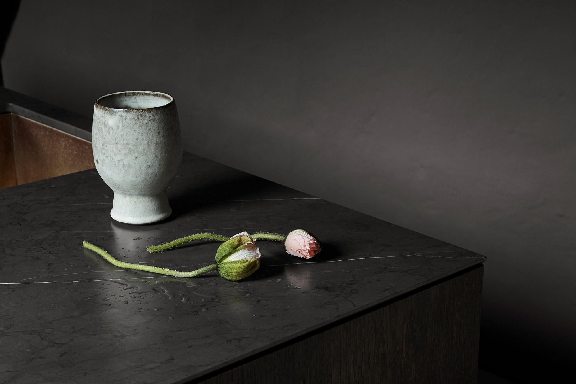 Snedkerkøkkenet St. Kongensgade - Mørk røget eg, marmor og messing - minimalistisk køkken af køkkensnedker Nicolaj Bo™, København
